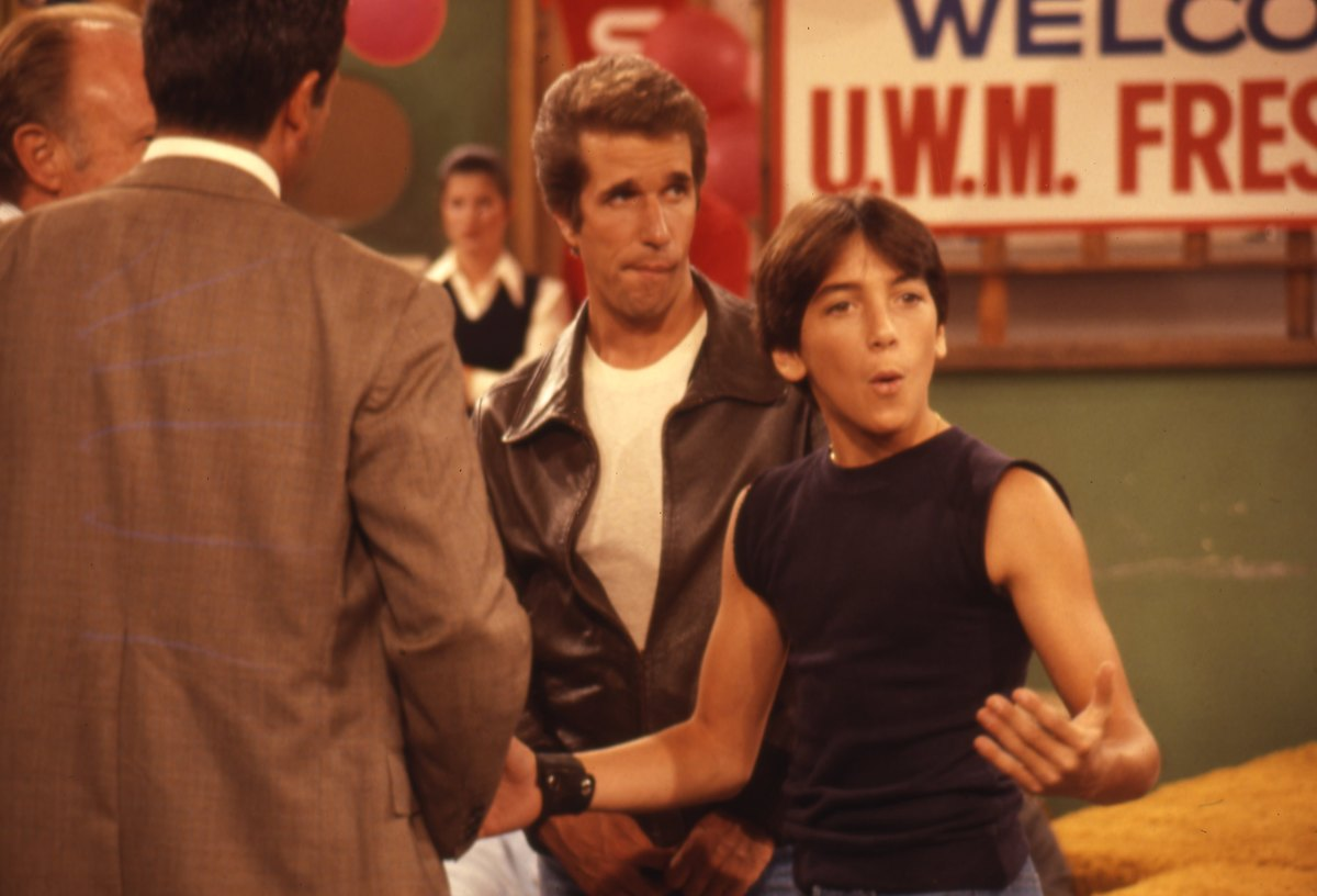 GettyImages-452931832 Henry Winkler and Scott Baio on set happy days