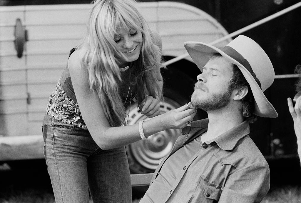 Baldry having his beard trimmed by a woman