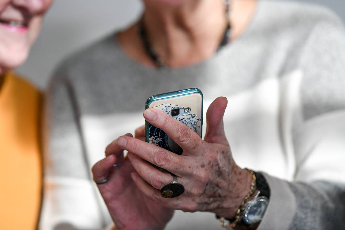 Seniors with Smartphone